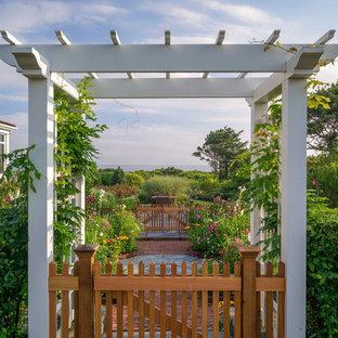 Großer, Geometrischer Maritimer Garten hinter dem Haus mit Gartenweg, direkter Sonneneinstrahlung und Pflasterklinker in Boston
