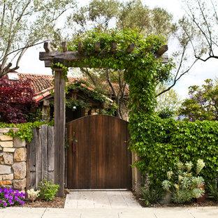 Ejemplo de camino de jardín mediterráneo, de tamaño medio, en primavera, en patio delantero, con adoquines de piedra natural y exposición total al sol