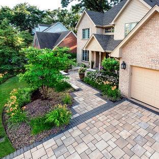 Свежая идея для дизайна: большой солнечный участок и сад на переднем дворе в классическом стиле с подъездной дорогой, садовой дорожкой или калиткой, хорошей освещенностью и мощением клинкерной брусчаткой - отличное фото интерьера