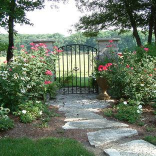 Inspiration pour un jardin à la française arrière traditionnel de taille moyenne avec une exposition ombragée, des pavés en pierre naturelle et une entrée ou une allée de jardin.