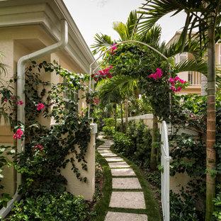 Idéer för att renovera en tropisk trädgård i skuggan, med en trädgårdsgång och marksten i betong
