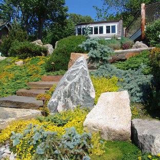 Großer Asiatischer Hanggarten im Sommer mit Gartenweg, direkter Sonneneinstrahlung und Natursteinplatten in Providence