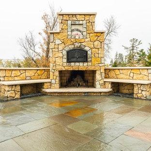 Mittelgroßer Rustikaler Garten hinter dem Haus mit Kamin und Natursteinplatten in Sonstige