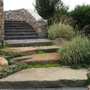 Imagen de camino de jardín francés, tradicional, de tamaño medio, en primavera, en patio delantero, con exposición total al sol y adoquines de piedra natural