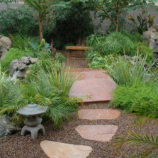 Geometrischer, Großer, Halbschattiger Asiatischer Vorgarten mit Gartenweg und Natursteinplatten in Phoenix