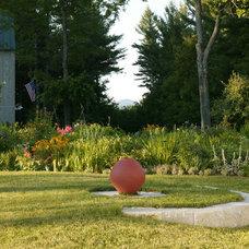 Traditional Landscape by Julie Moir Messervy Design Studio (JMMDS)