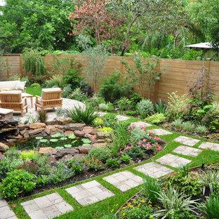 На фото: геометрический, солнечный, весенний садовый фонтан на заднем дворе в стиле кантри с освещенностью и дорожками из тротуарной плитки с