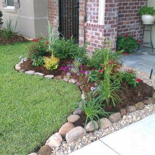 ニューオリンズの小さい、春のコンテンポラリースタイルのおしゃれな前庭 (半日向、庭への小道、マルチング舗装) の写真