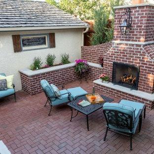 Kleiner Rustikaler Garten im Sommer, hinter dem Haus mit Kamin, direkter Sonneneinstrahlung und Pflasterklinker in Minneapolis