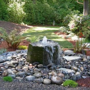 Idéer för mellanstora funkis trädgårdar i delvis sol, med en fontän och grus