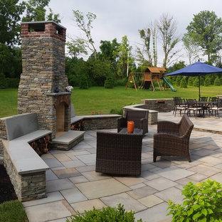 Geometrischer, Großer Klassischer Garten hinter dem Haus mit Kamin, direkter Sonneneinstrahlung und Natursteinplatten in Philadelphia