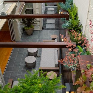 Geometrischer, Kleiner, Schattiger Moderner Garten neben dem Haus mit Natursteinplatten in San Francisco