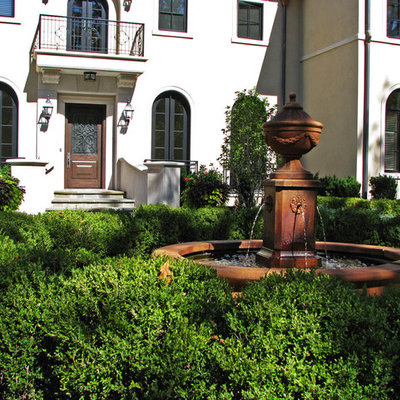 Inspiration for a traditional water fountain landscape in Chicago.