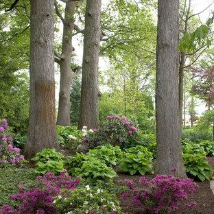 На фото: большой тенистый, летний участок и сад на заднем дворе в классическом стиле с покрытием из каменной брусчатки и дорожками с