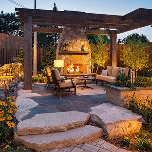 Geometrischer, Großer, Halbschattiger Moderner Garten hinter dem Haus mit Kamin und Natursteinplatten in Minneapolis