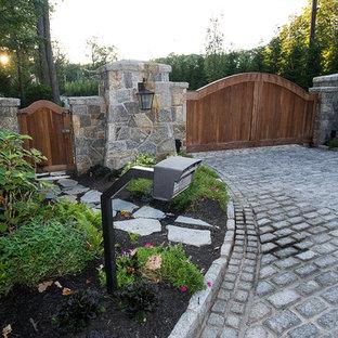 Пример оригинального дизайна: участок и сад на переднем дворе в стиле рустика с подъездной дорогой, садовой дорожкой или калиткой и мощением тротуарной плиткой