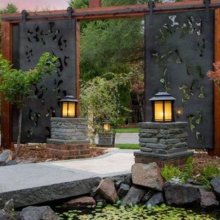 Idéer för en asiatisk trädgård, med naturstensplattor och en trädgårdsgång