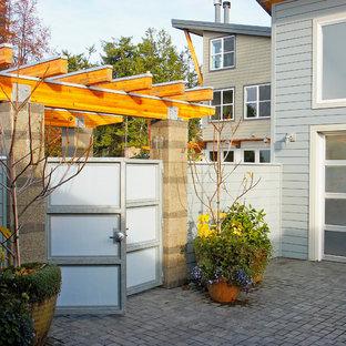 Diseño de camino de jardín contemporáneo, en patio delantero, con adoquines de hormigón