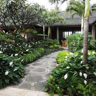 Imagen de jardín tropical, de tamaño medio, en patio, con exposición reducida al sol y adoquines de piedra natural