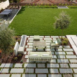 Ispirazione per un grande giardino formale minimalista esposto in pieno sole dietro casa in autunno con un focolare e pavimentazioni in pietra naturale