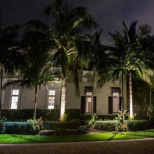 Ispirazione per un ampio vialetto d'ingresso tropicale esposto in pieno sole davanti casa in estate con un ingresso o sentiero e pavimentazioni in mattoni