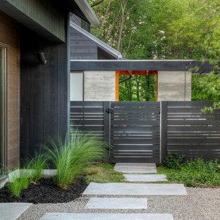 Свежая идея для дизайна: геометрическая садовые дорожки и калитки на заднем дворе в современном стиле с покрытием из гравия - отличное фото интерьера