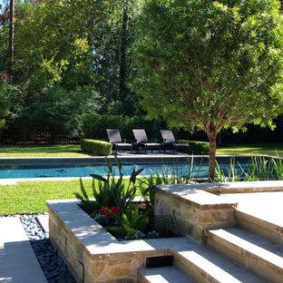 Создайте стильный интерьер: участок и сад среднего размера на заднем дворе в современном стиле с полуденной тенью и мощением тротуарной плиткой - последний тренд