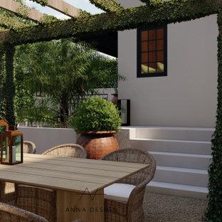 Geometrischer, Großer Mediterraner Garten im Sommer, hinter dem Haus mit Kamin, direkter Sonneneinstrahlung, Granitsplitt und Steinzaun in Los Angeles