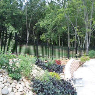 Mittelgroßer Asiatischer Hanggarten mit Gartenmauer, direkter Sonneneinstrahlung und Betonplatten in Dallas