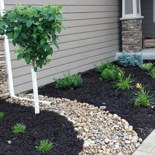 Cette image montre un jardin avant craftsman de taille moyenne avec une exposition ensoleillée et des galets de rivière.