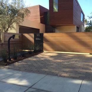 Großer, Schattiger Moderner Vorgarten Mit Auffahrt Und Pflasterklinker In  Los Angeles