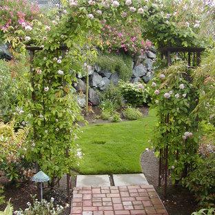Esempio di un giardino tradizionale con un ingresso o sentiero