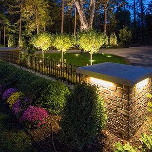 Modelo de acceso privado clásico, de tamaño medio, en patio delantero, con mantillo y muro de contención