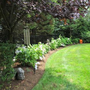 Идея дизайна: большой весенний участок и сад на заднем дворе в классическом стиле с полуденной тенью и мульчированием