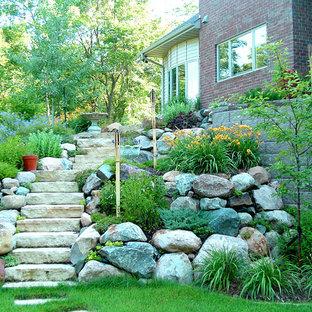 Идея дизайна: участок и сад среднего размера на склоне в классическом стиле с покрытием из каменной брусчатки и камнем в ландшафтном дизайне