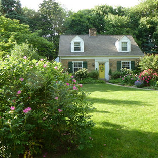 Inspiration for a traditional front yard garden in Philadelphia.