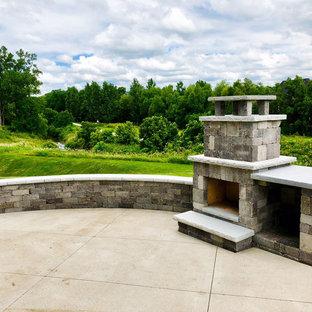 Großer Rustikaler Garten hinter dem Haus mit Kamin in Sonstige