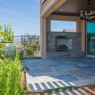 Landhaus Garten hinter dem Haus mit Kamin und Natursteinplatten in Orange County