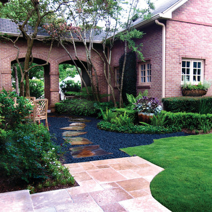 Traditional Landscape by L3 Designs