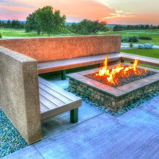 Geräumiger Eklektischer Garten im Sommer, hinter dem Haus mit Kamin, direkter Sonneneinstrahlung und Betonplatten in Denver