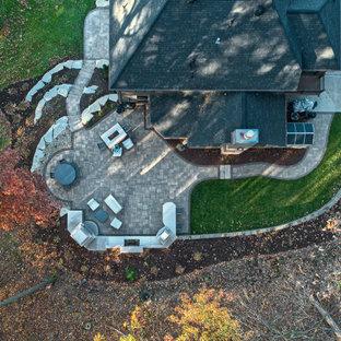 Mittelgroßer Moderner Garten hinter dem Haus mit Kamin und Pflasterklinker in Sonstige