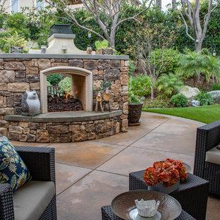 Landhaus Garten hinter dem Haus mit Kamin in Orange County