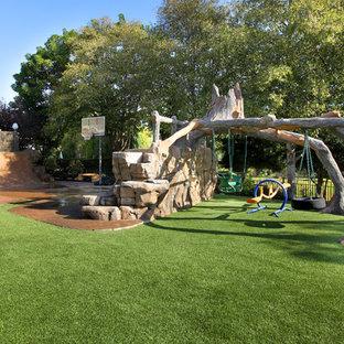 Moderner Garten mit Sportplatz in Orange County