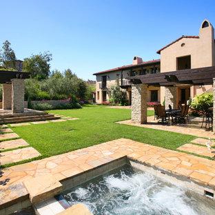 Klassischer Garten hinter dem Haus mit Natursteinplatten in Orange County