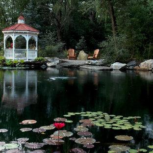 Exempel på en exotisk trädgård, med en fontän