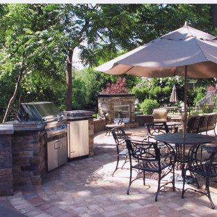 Mittelgroßer Garten im Sommer, hinter dem Haus mit Kamin und Pflasterklinker in Chicago