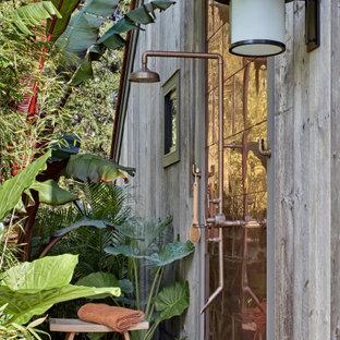 Идея дизайна: летний засухоустойчивый сад среднего размера на боковом дворе в стиле кантри с водопадом, покрытием из каменной брусчатки и полуденной тенью
