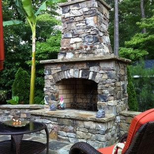 Geometrischer, Kleiner Klassischer Garten im Sommer, hinter dem Haus mit Kamin, direkter Sonneneinstrahlung und Natursteinplatten in Atlanta