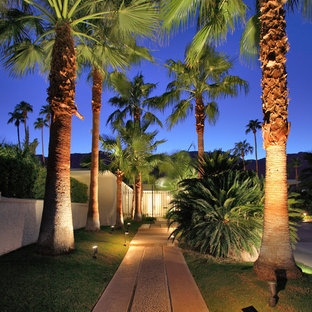 This is an example of a midcentury modern front yard garden path in Los Angeles.