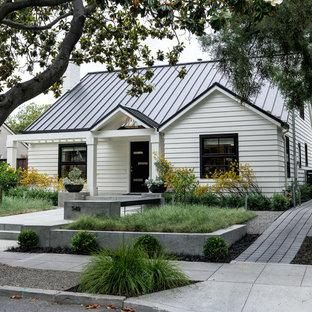 Moderner Vorgarten mit Auffahrt und Betonplatten in San Francisco